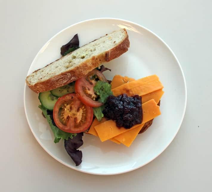 Cheddar-vlierbessenchutney sandwich